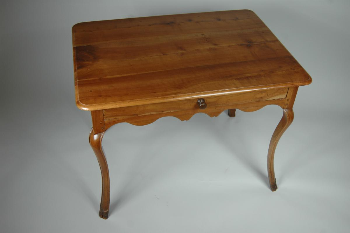 Table d'appoint Louis XV en merisier aux pieds largement cambrés.-photo-2