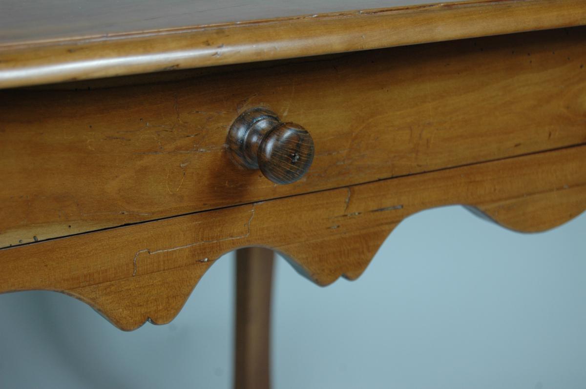 Table d'appoint Louis XV en merisier aux pieds largement cambrés.-photo-3