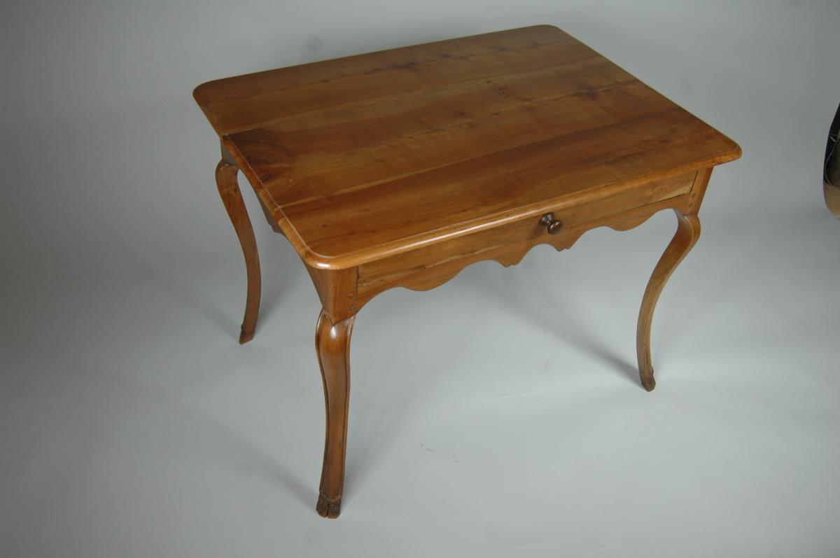 Table d'appoint Louis XV en merisier aux pieds largement cambrés.-photo-5