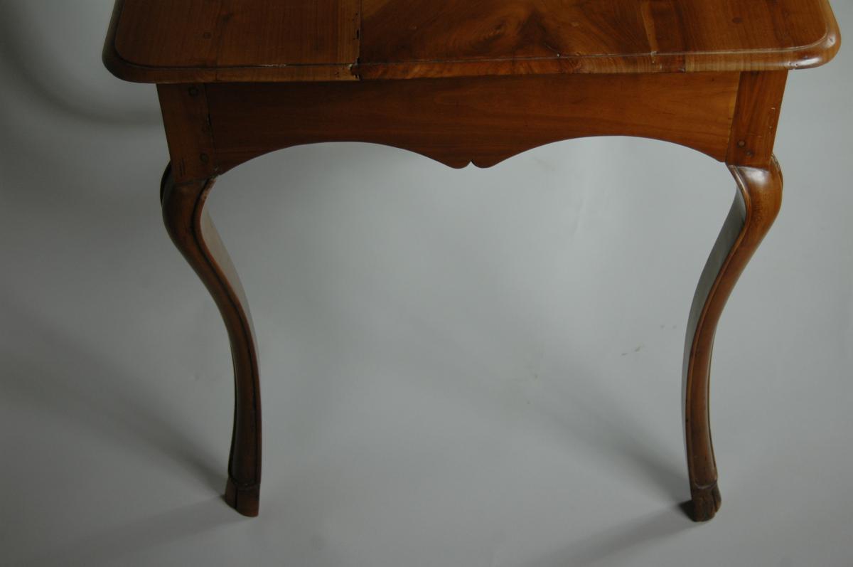 Table d'appoint Louis XV en merisier aux pieds largement cambrés.-photo-7