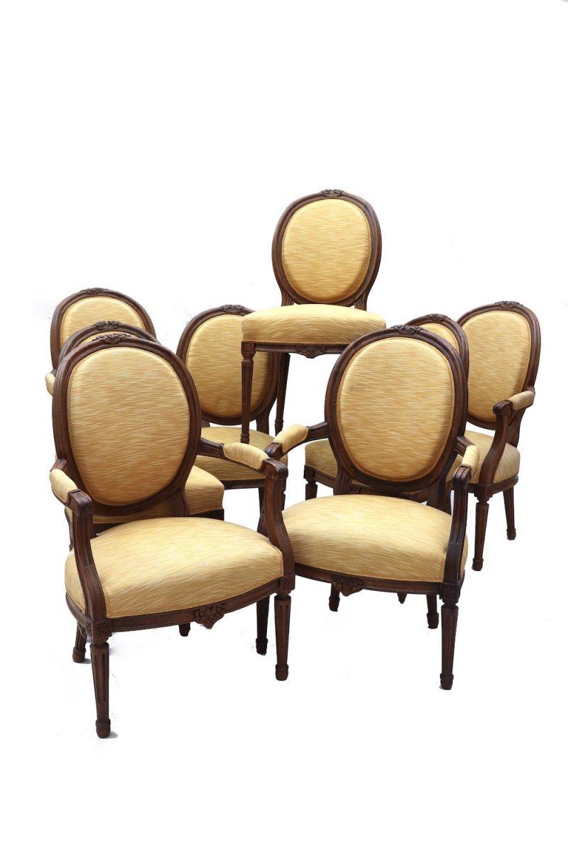 Ensemble de quatre chaises et quatre fauteuils en chêne d'époque Louis XVI.