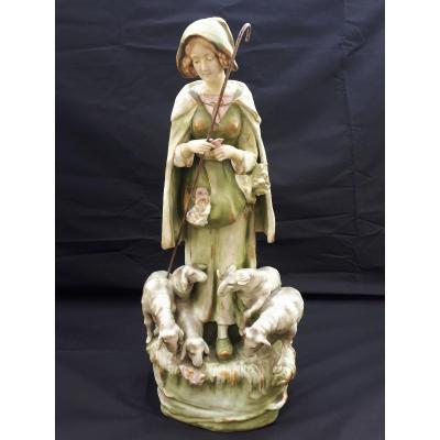 Grand Sujet En Biscuit Amphora à Représentation d'Une Jeune Bergère Circa 1900