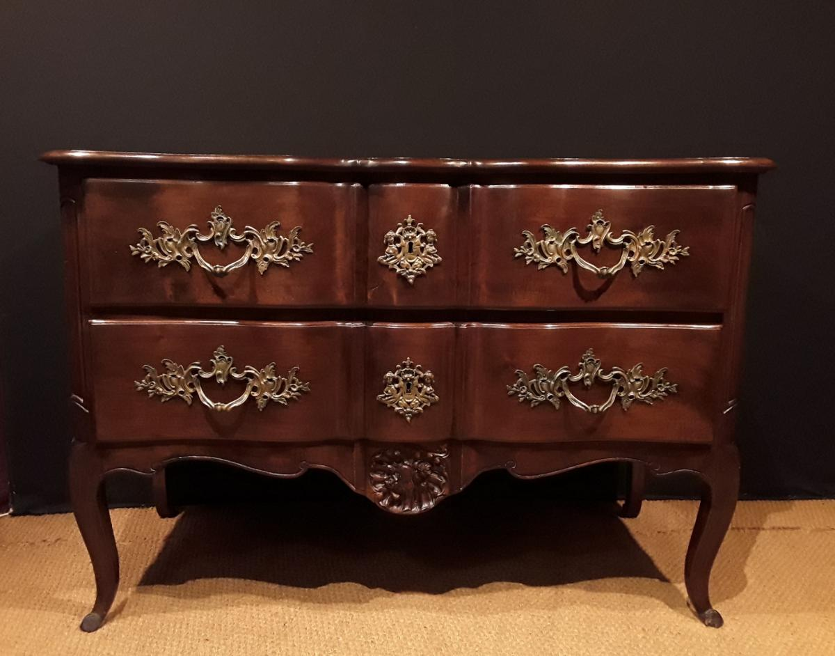 Large commode Louis XV En Noyer.
