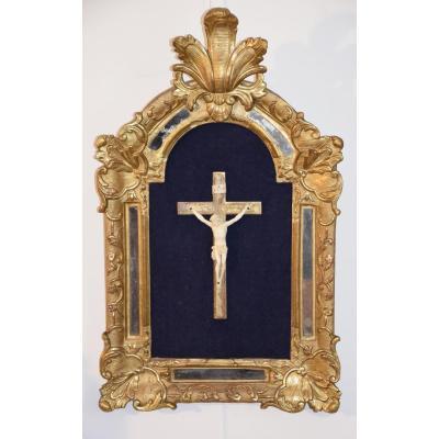 Christ en ivoire dans cadre doré à parcloses, XVIII ème