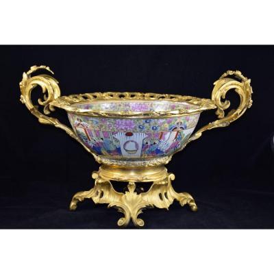 Grande coupe en porcelaine de Canton , monture en bronze doré , époque XIXème.