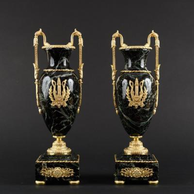Paire De Vases Empire En Marbre à Ornements En Bronze Doré
