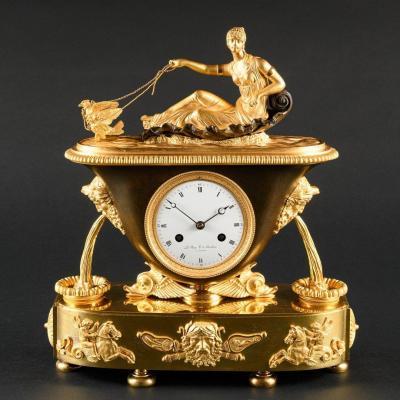 Modèle De Claude Galle  -  Signé  par Bazile-Charles Le Roy - Fascinante Pendule Vase Empire Avec Vénus Dans Son Char