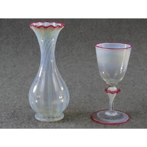 Vase et verre soufflés de couleur d'époque restauration