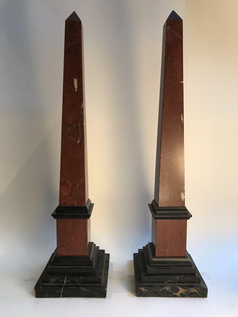 Paire D'obélisques En Marbres Rouge Et Noir sur Socles En Bois Peints en faux marbre