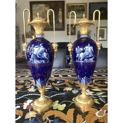 Paire De Vases Couverts En Bronze Doré Et Porcelaine Peinte Du XIXème Siècle