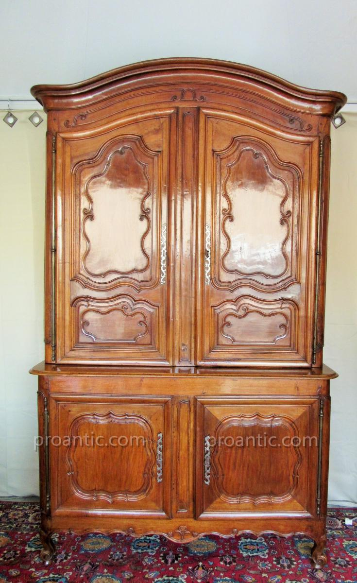 buffet deux corps d 39 poque louis xv en noyer massif autres meubles. Black Bedroom Furniture Sets. Home Design Ideas