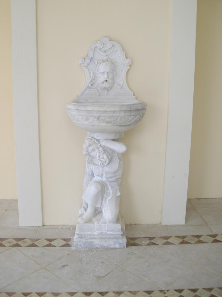 Fontaine En Marbre Dans Le Style à l'Antique