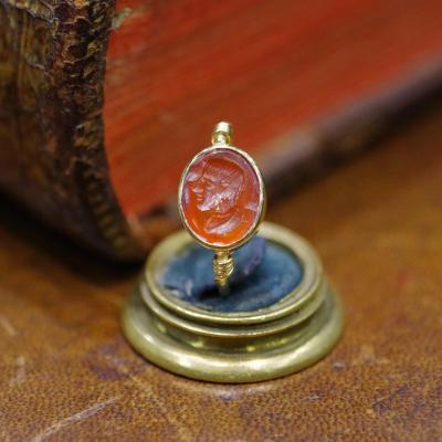 Bague portant une intaille en cornaline et monture en or, milieu 19ème