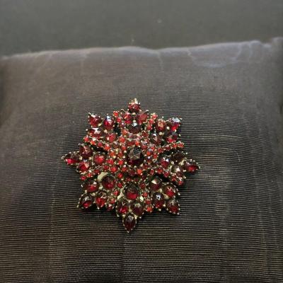 Broche bohême en forme d'étoile ornée de grenats sur monture en métal, fin 19ème