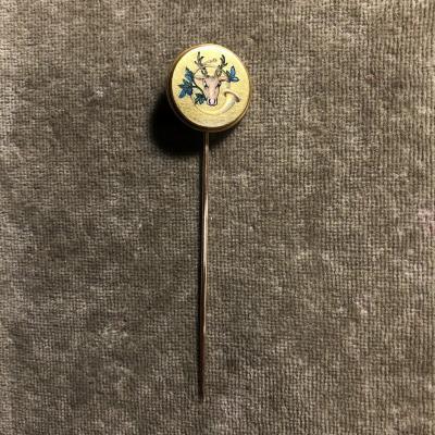 Épingle en or jaune et émail, tête de cerf et cor de chasse, 19ème