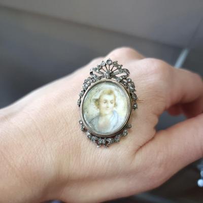 Broche en or et argent, portrait miniature dans un entourage de diamants en rose, 19ème
