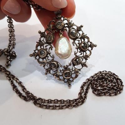 Collier En Argent Et Diamants En Rose, Perle Baroque, Au Vieux Paris Vers 1900