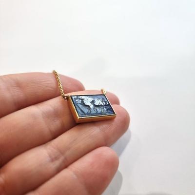 Intaille à L'Antique Sur Lapis-lazuli Montée En Collier Sur Or Jaune 18k
