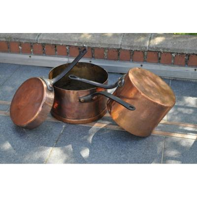 Series of 3 coppers from the same House, monogrammed, including 1 marked E. Vignol Bruxelles.<br /> <br /> - 1 copper saucepan diameter 24.5 cm height 18.5 cm weight 4.480 kg - Monogrammed SB and stamp E. Vignol Bruxelles<br /> <br /> - 1 copper saucepan diameter 28.5 cm height 18 cm weight 4.140 kg<br /> <br /> - 1 Copper saut&eacute; pan diameter 23.5 cm height 5.5 cm weight 2.220 kg HS monogrammed<br /> <br /> Good general condition, dovetail assembly, copper riveting - 18th century<br /> <br /> Careful and tracked shipping, for shipments outside Europe, please consult us, thank you<br /> <br /> ref 2761