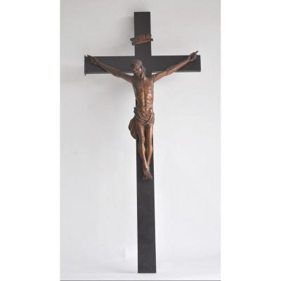 Crucifix with Christ in finely carved wood, the head falling on the right shoulder, the eyes closed.<br /> The perizonium tied on the right hip.<br /> Christ mounted on a blackened wooden cross.<br /> <br /> The whole in good general condition, late 19th century.<br /> <br /> Cross dimension 62 c 29 cm<br /> Dimension Christ 31 x 26 cm<br /> <br /> Careful and tracked shipping, for shipments outside Europe please consult me, thank you.<br /> <br /> ref 2782