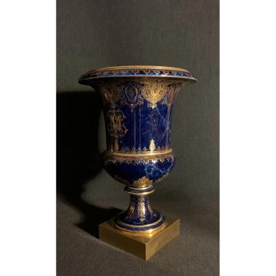 Vase De Forme Medicis à Fond Bleu Marbré, Manufacture De Sèvres Daté 1860