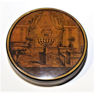 <strong><em><u>MASONIC FREEMASON<br /> Rare circular snuffbox in &quot;Papier Mach&eacute;&quot; and Martin varnish. </u></em><br /> The decoration of the cover is that of the rank of &quot;Grand Ecossais&quot;, 2 nd Order of the French rite or 14 degree of Reaa.<br /> Usually a few reminders of this rank are taken up with the other degrees whereas here the decoration is essentially devoted to this rank.<br /> The interior is covered with tortoiseshell (slight alteration)<br /> Diameter 8.6 cm, thickness 2 cm.<br /> <em><u>Beginning of the 19th.<br /> Very good condition</u></em></strong>