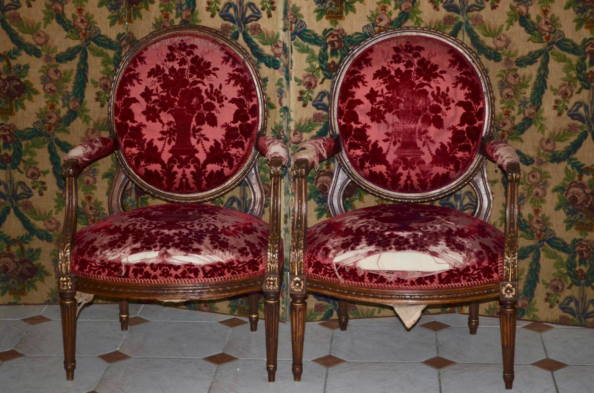 Paire De larges Fauteuils à Médaillon époque Louis XVI