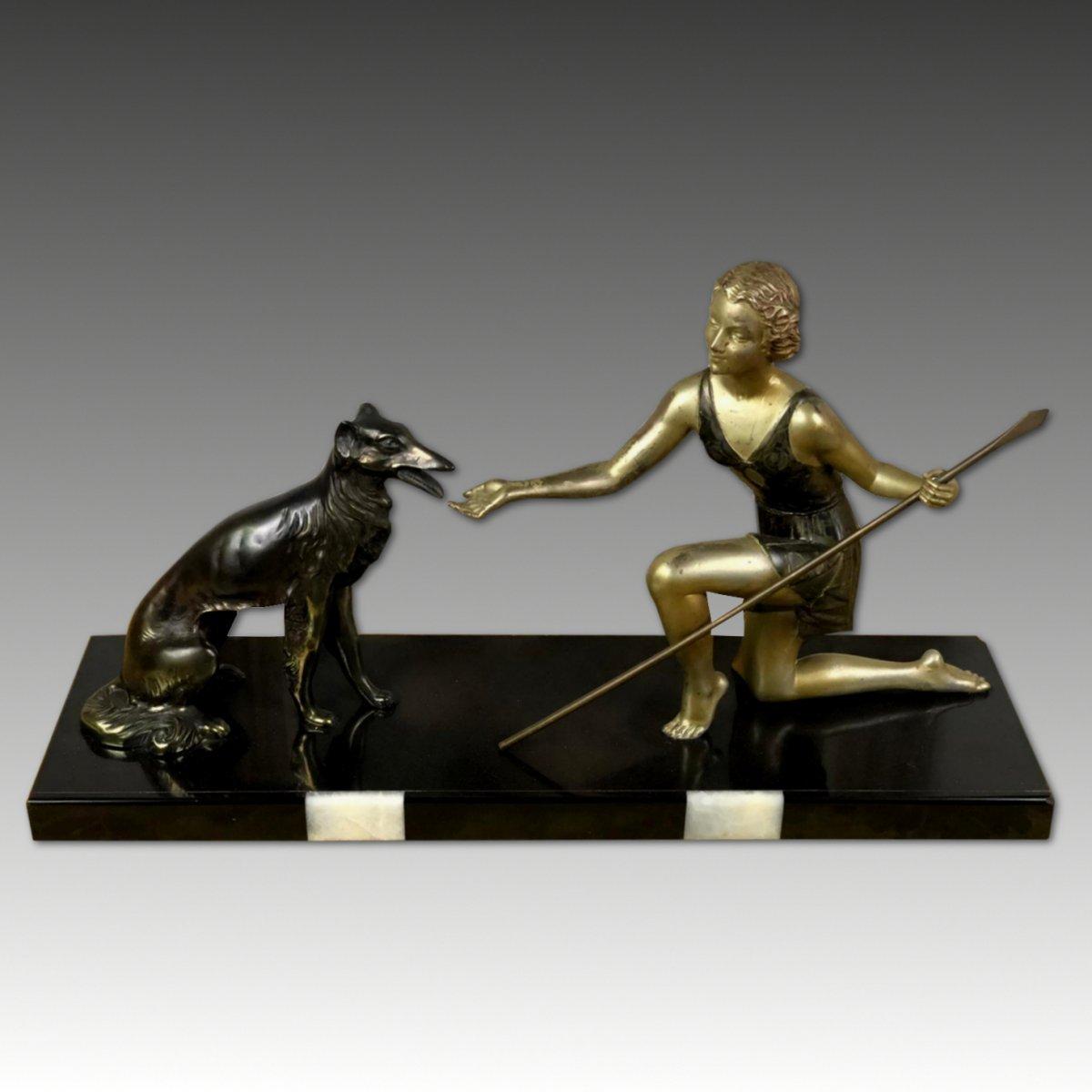 Sculpture Ancienne Art Déco représentant Diana Avec Le Chein