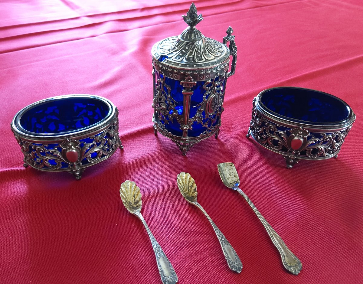 Pair of saltcellars and its two small silver spoons Minerva length 7.2 cm height 4cm width 5 cm mm mustard pot in silver minerva height 11 cm width 7, cm with its small spoon in silver crystal blue crystal night impeccable on the three pieces weight of silver 202 grams peas total weight 407 grams