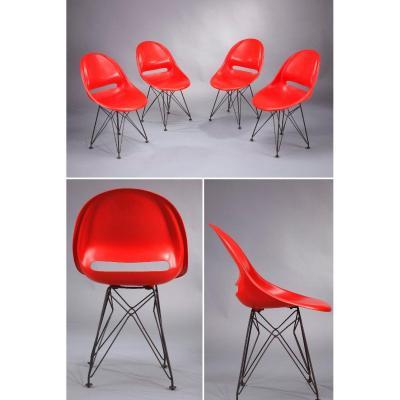 Ensemble De Quatre Chaises Avec Piètement Dans Le Style De Charles Eames