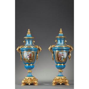 Paire De Vases Couverts En Porcelaine Polychrome Dans Le Goût De Sèvres