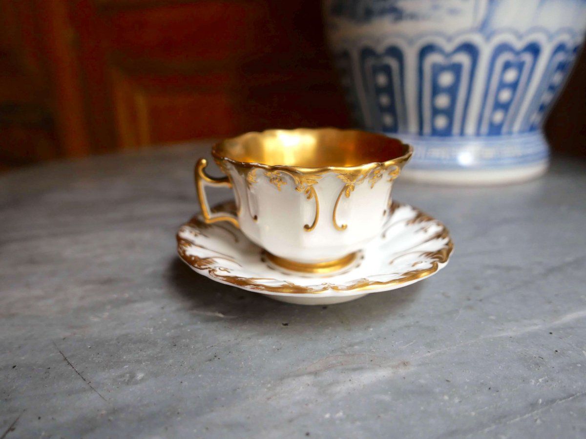 Paris Porcelain - A Cup And Saucer With Floral Decoration In Relief And Gold - Nineteenth Century