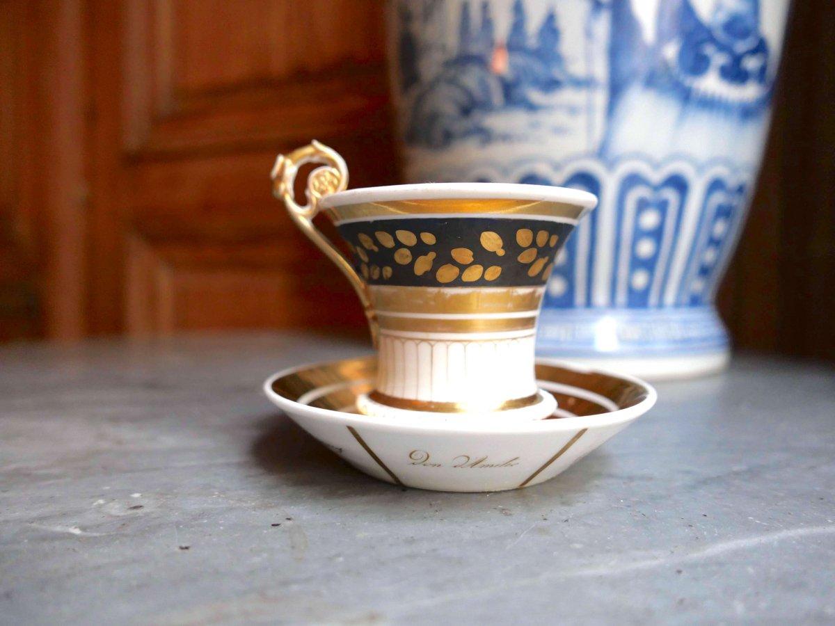 Porcelaine De Saxe - Une Tasse à Décor De Perles En Relief, Chiffre  Bleu Et Or - XIXe Siècle