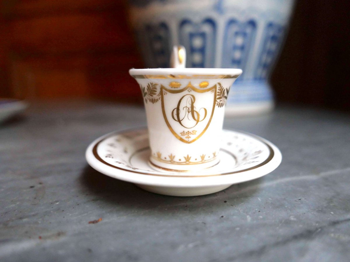 Porcelaine De Paris - Une Tasse Mignonnette à Décor Blanc Et Or Chiffrée Ga - XIXe Siècle
