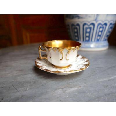 Porcelaine De Paris - Une Tasse Et Sa Sous Tasse à Décor Floral En Relief Et Or - XIXe Siècle