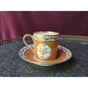 Style De Sèvres - A Porcelain Cup With A Nanking Bottom And Foliage Decor