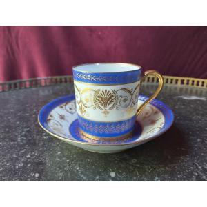 Style De Sèvres - Une Tasse En Porcelaine Bleu Et Or A Decor De Rinceaux