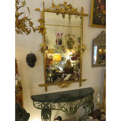 Miroir en bois et stuc doré  sur le thème de la vigne avec grappes de raisin et sarments,XIX