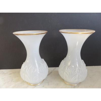 Paire de vases en opaline blanche à décor de feuilles