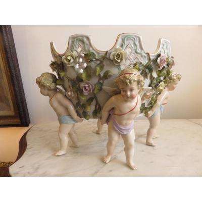 Jardinière , cache -pot en porcelaine Allemande polychrome et ajourée , soutenue par 4 putti