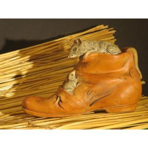 Godillot et souris en terre cuite