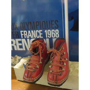 Paire De Chaussures De Ski d'Enfant Le Trappeur éditée Pour Les Jeux Olympiques De 1968