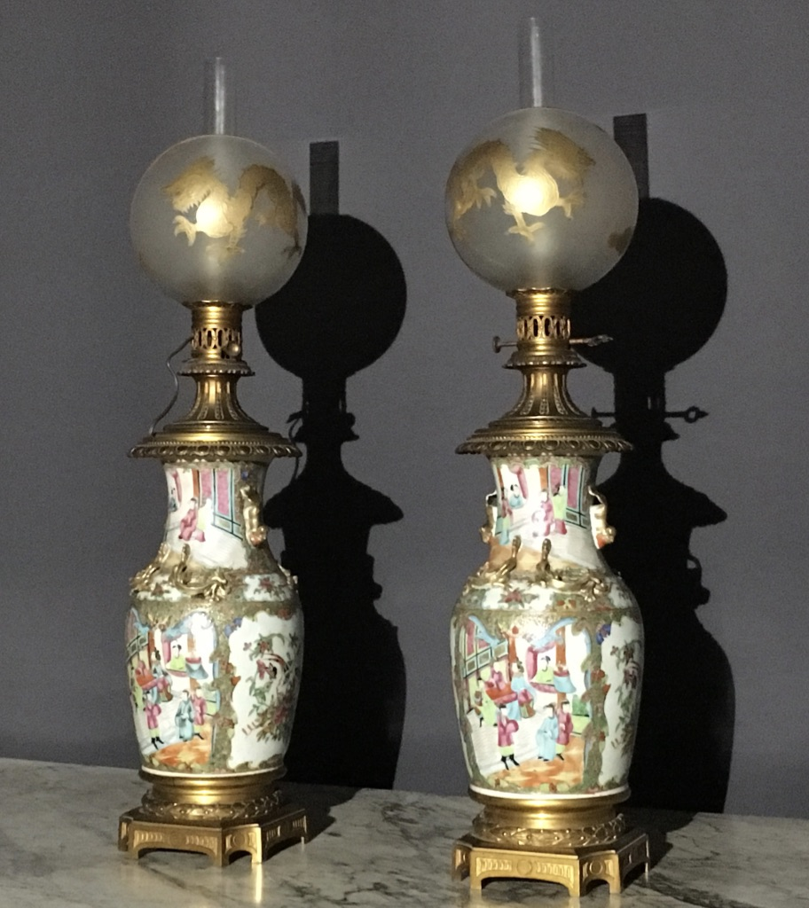 paire de lampes en porcelaine de canton poque xix me. Black Bedroom Furniture Sets. Home Design Ideas