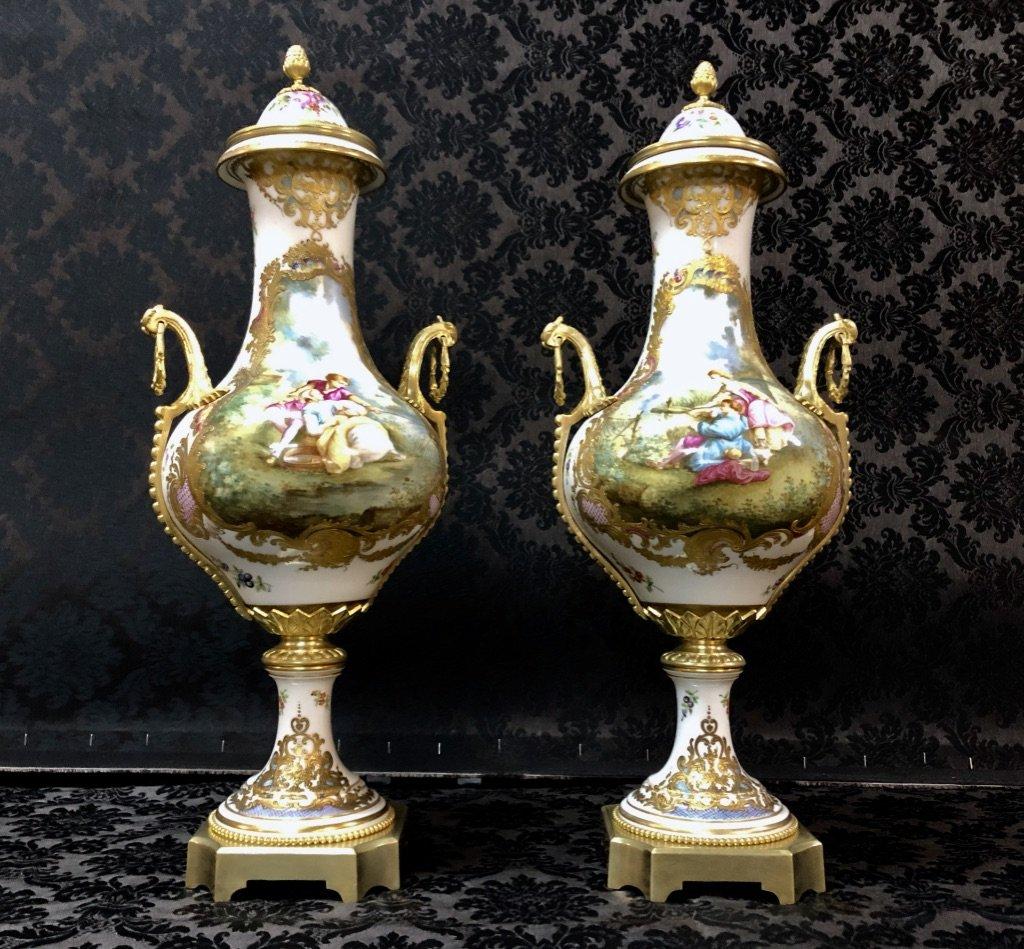 Importante Paire De Vases Forme Balustre En Porcelaine De Sèvres Datée 1840