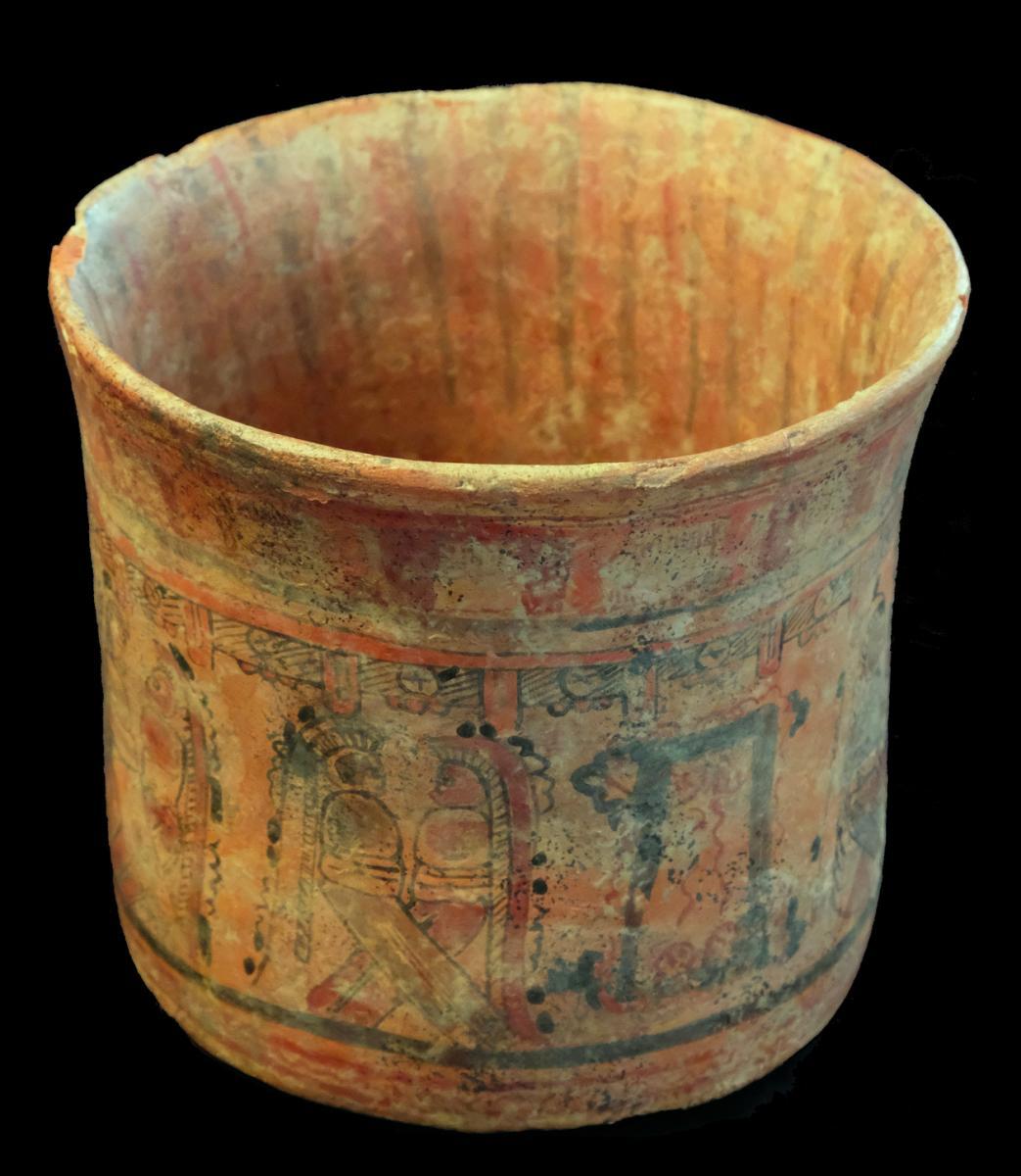 Vase à décor de glyphes et de guerriers, Maya - Archéologie