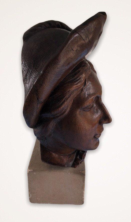 Sculpture En Bois représentant un gentilhomme Sur Socle De Pierre