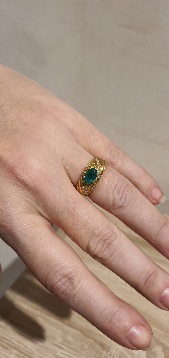 18ct Gold Ring Set With Emerald And Brilliants