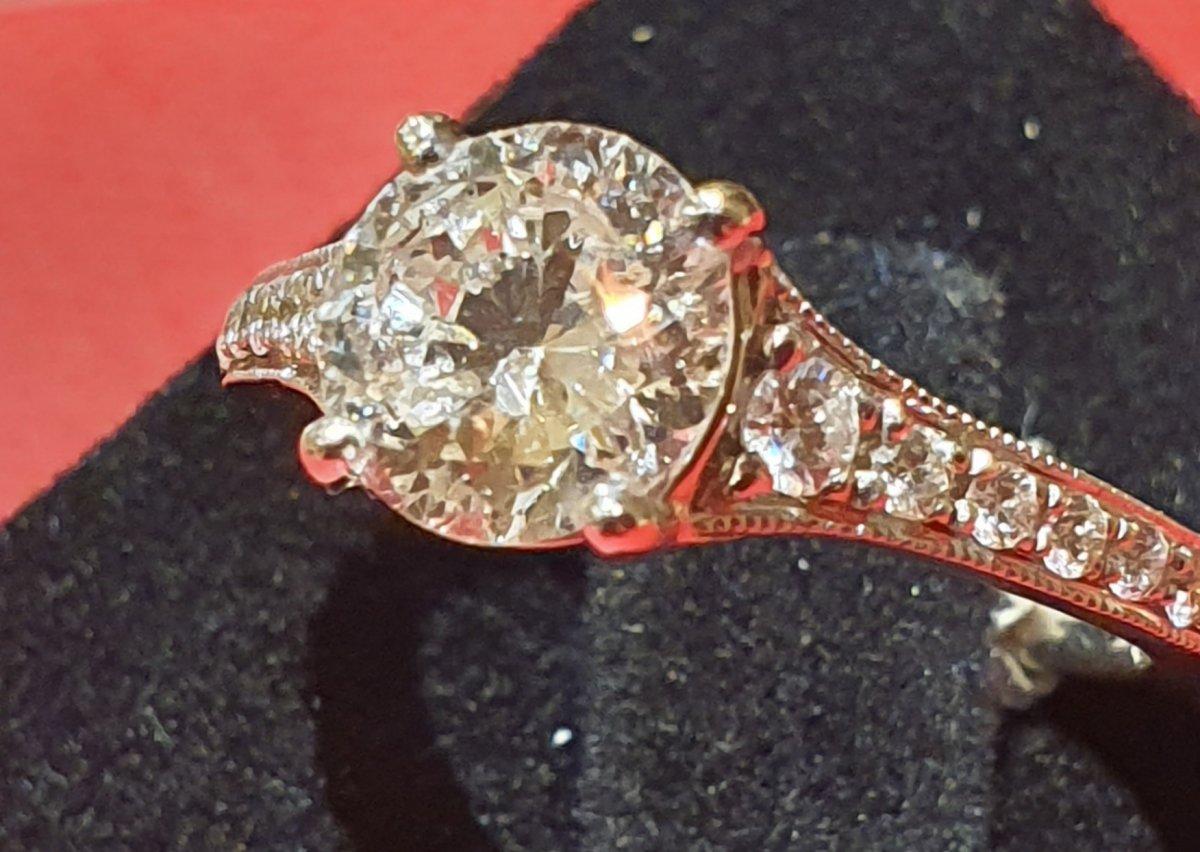 Bague en or 18ct sertie diamant 1,37ct et pavage brillants
