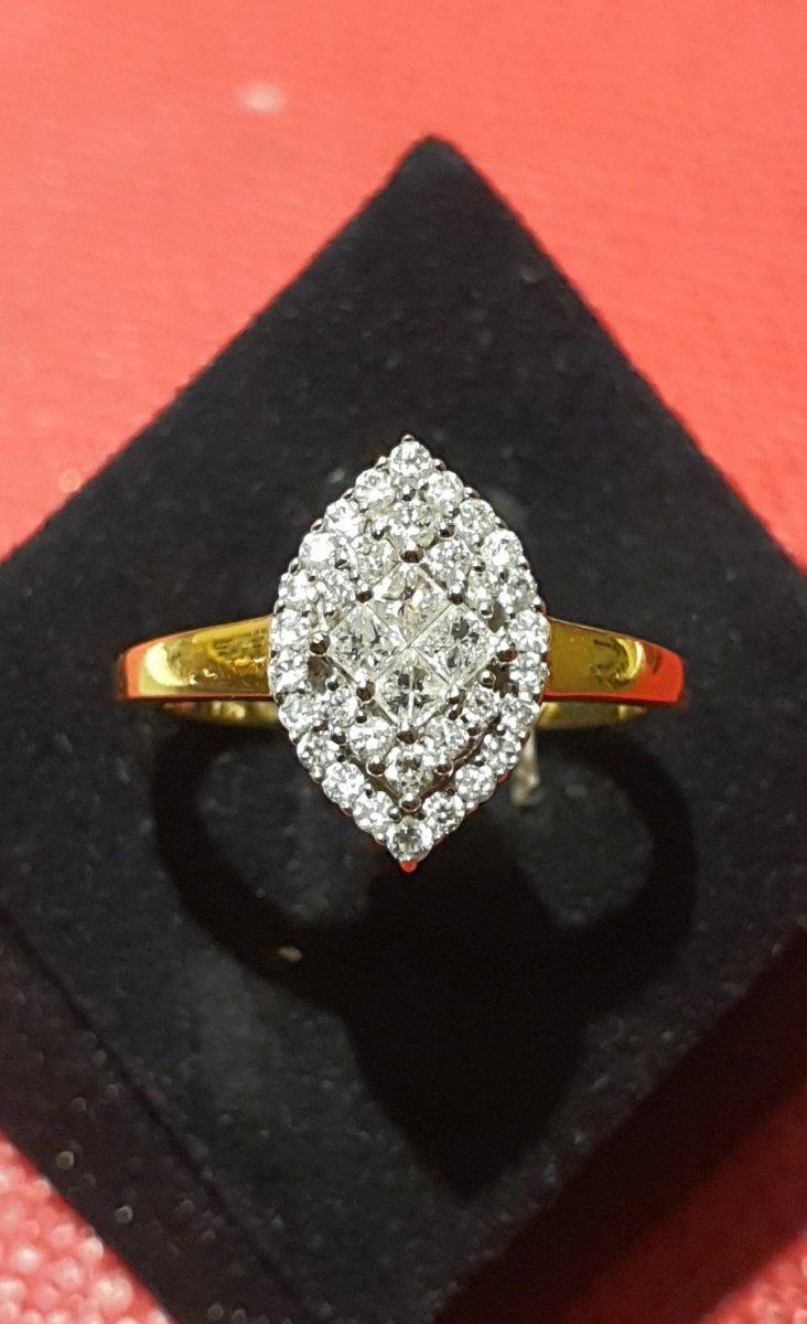 Bague Marquise en or 18ct sertie diamants taille moderne dont 4 taille princesse