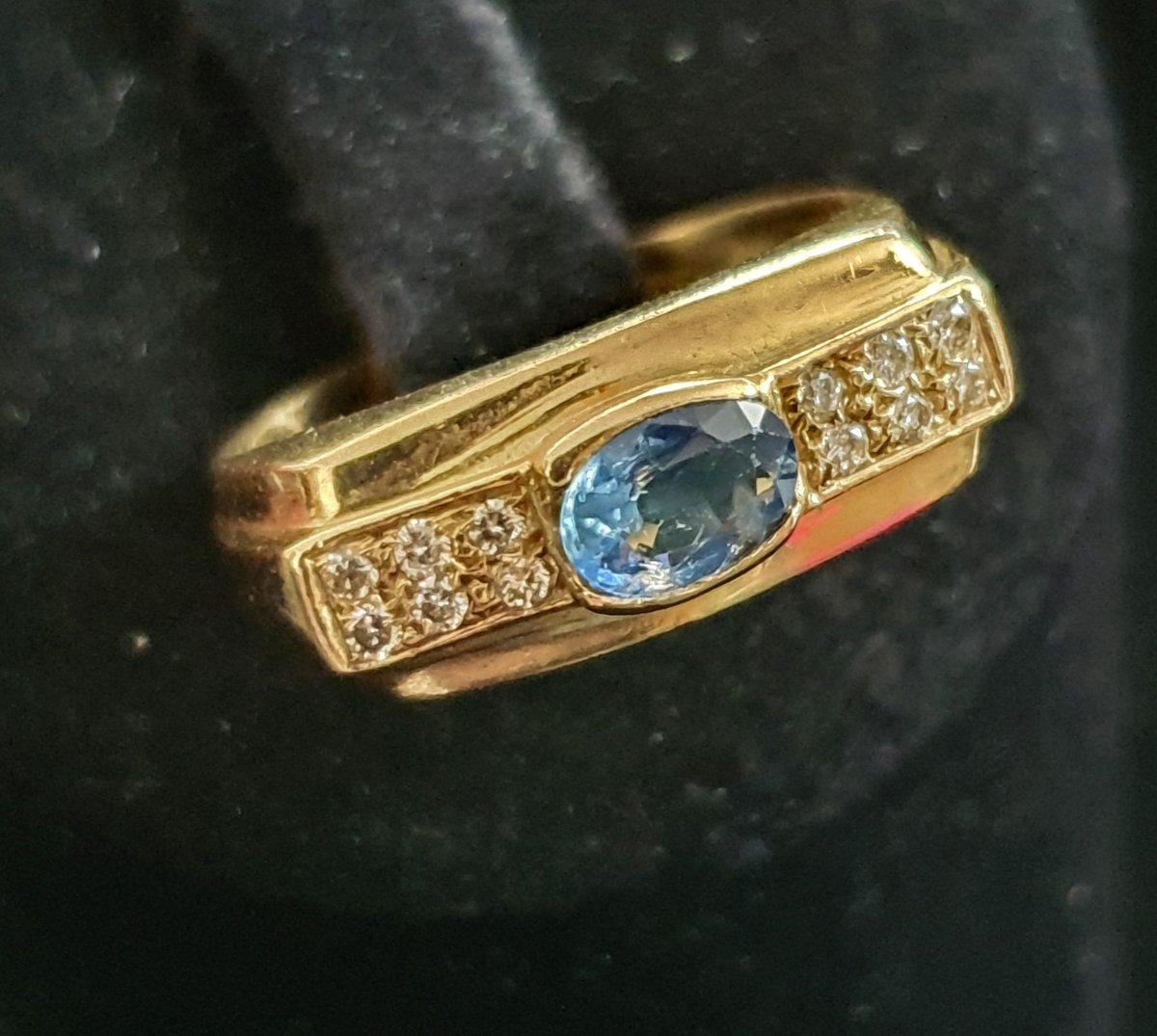 bague en or 18ct sertie d'un saphir entouré de 2 diamants taille baguette